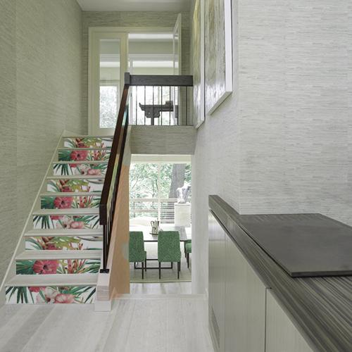Cage d'escalier maison moderne avec contremarches personnalisées au motif fleur exotiques colorées pour égayer