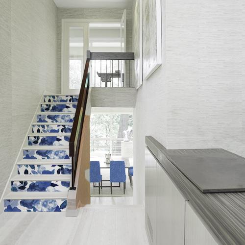 Cage d'escalier maison moderne avec contremarches personnalisées au motif fleur bleues aquarelle colorées pour égayer votre entrée
