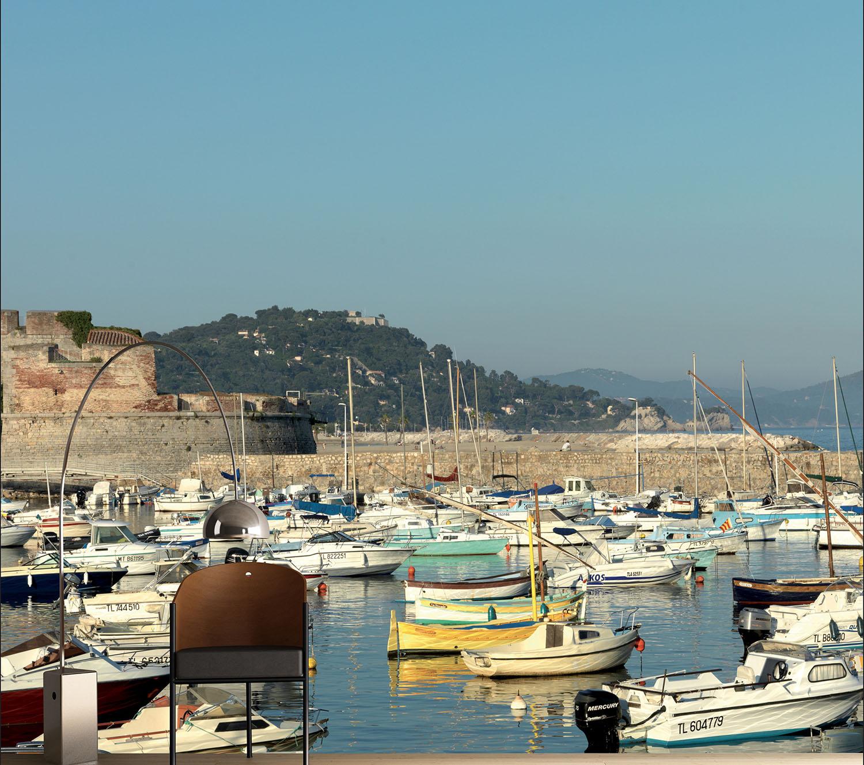 Visuel décoratif à coller avec le port de saint trop' et ses jolis petits bateaux