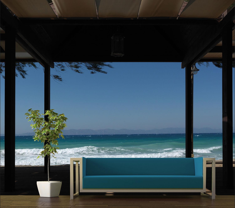 Mer bleue et vagues blanches dans un salon moderne
