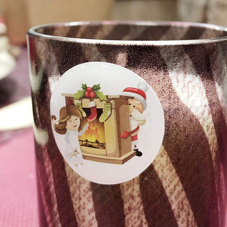 Pastille adhésive Père Noël cheminée de Noël avec ses chaussettes