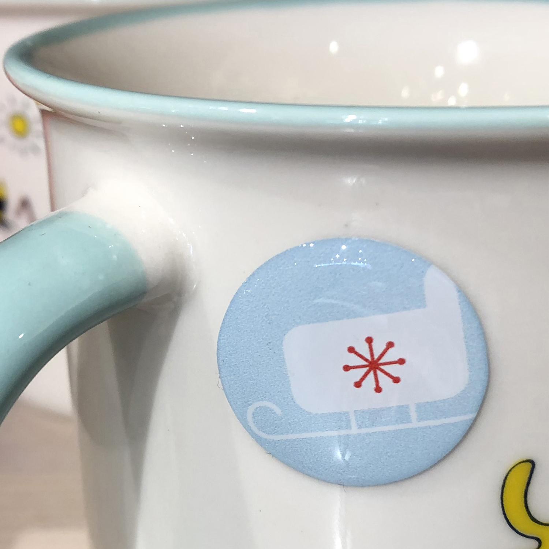 Tasse décorée avec un sticker 3D rond traineau du Père Noël