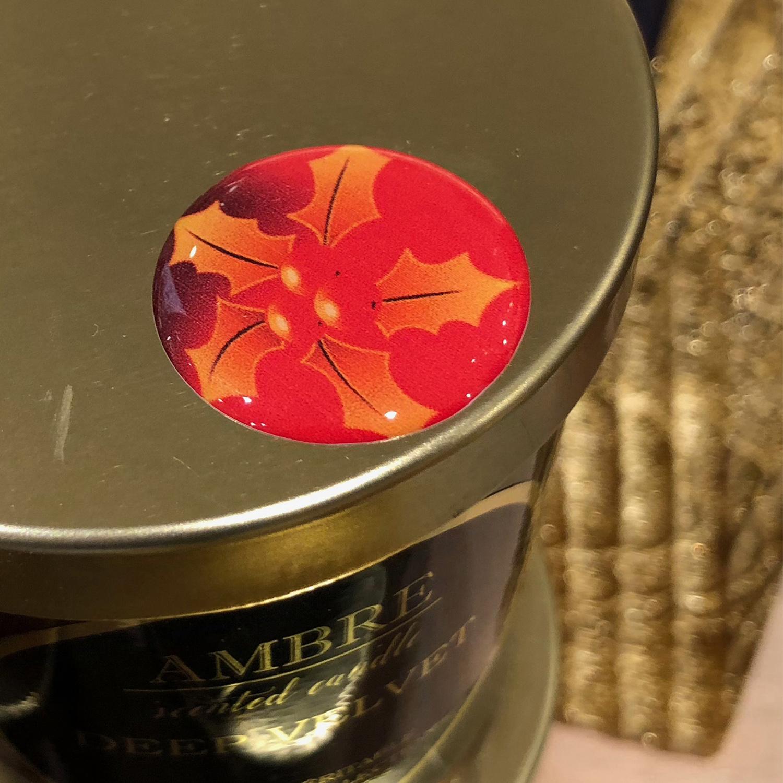 Pot en métal décoré avec un adhésif relief houx rouge
