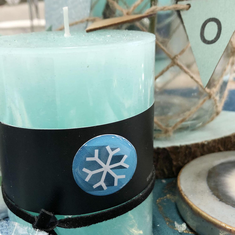 Pastille relief flocon bleu collé sur une bougie