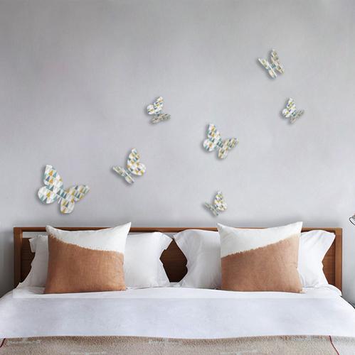 Stickers autocollant 3D Modèle papillons à triangles colorés orange bleu et gris collés sur le mur d'une chambre pour adultes