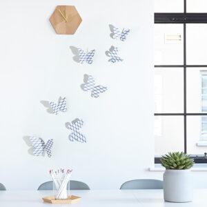 Sticker autocollant Papillons scandinave chevrons 3D sur un mur blanc avec une fenêtre et une horloge en bois