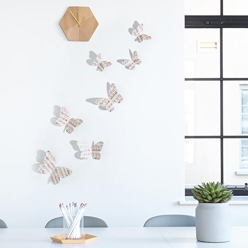 Sticker autocollant Papillons musique concerto sur un mur blanc avec une horloge