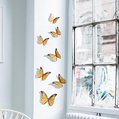 Sticker mural papillons jaunes sur un rebord de fenêtre