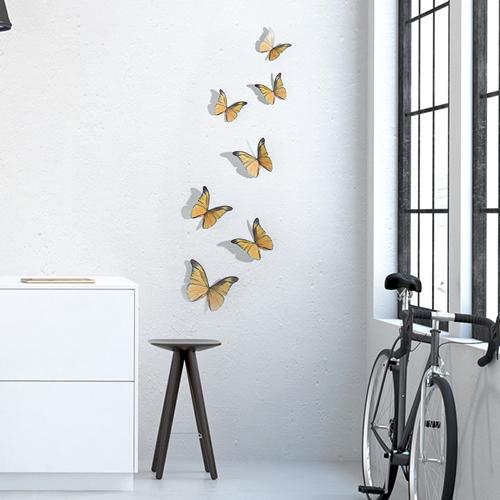 Sticker mural représentant des papillons jaunes avec un vélo et une table basse