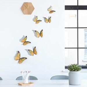 Sticker autocollant papillons jaunes sur un mur blanc avec une horloge