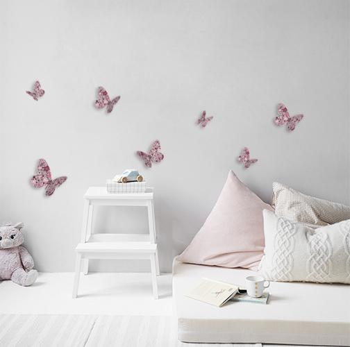 Stickers autocollants papillons à fleurs roses collés dans une pièce à coucher