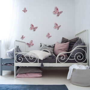 Stickers muraux Papillons roses en 3D collés dans une chambre à coucher