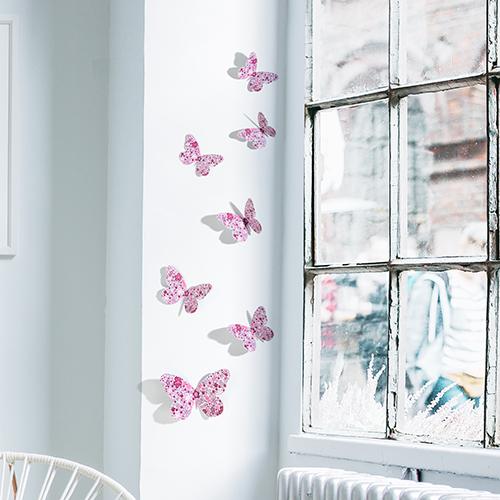 papillons rose liberty collés sur le rebord d'une fenêtre