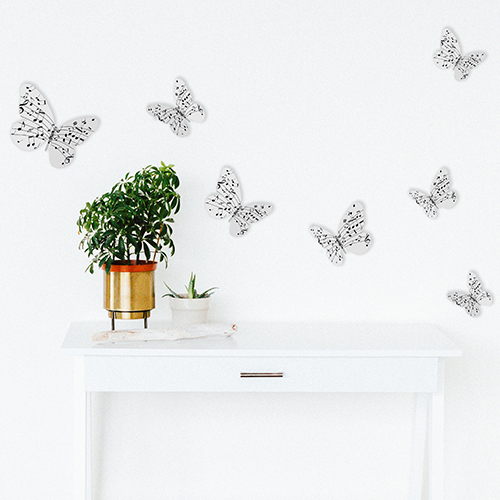 Stickers papillons musicaux dans une pièce à vivre blanche