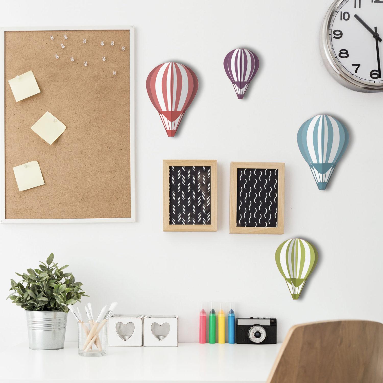 Adhésif décoration intérieur 3D montgolfières de couleurs pour mur blanc au dessus d'un bureau