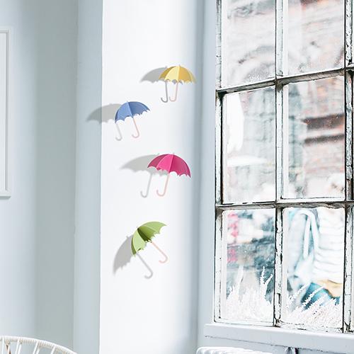 rebord de fenêtre décoré avec des parapluies colorés relief