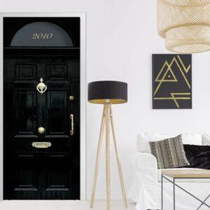 Sticker autocollant pour porte représentant une porte classique londonienne dans un décor moderne bois, métal, motifs dorés art déco