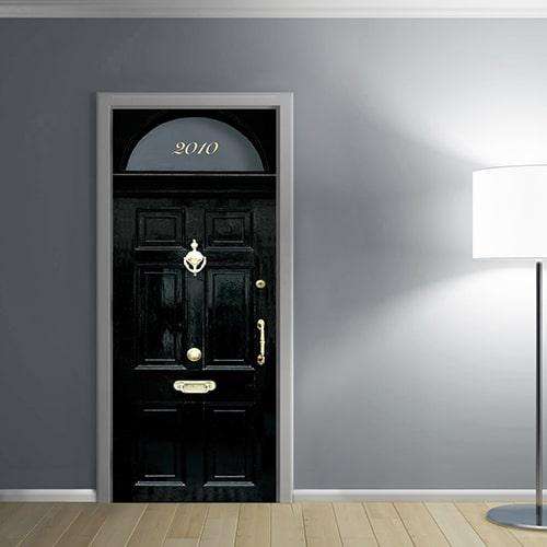 sticker Porte autocollant adhésif d'une porte londonienne Noire dans une entrée dont les mur son gris clair