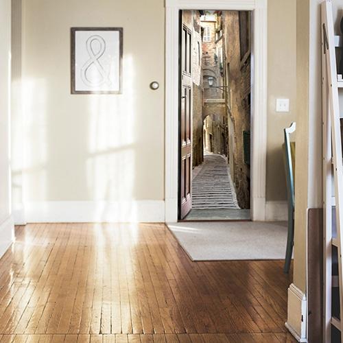 appartement décoré avec Sticker autocollant adhésif porte Rue Piétonne Italie ce décor rappelle la couleur marron d'un parquet ciré
