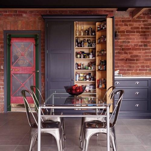 Adhésif pour porte pub anglais en trompe-l'oeil dans une cuisine de style industriel.