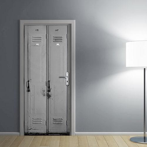 dans salle de séjour avec mur gris clair et douce lumière blanche Autocollant adhésif sticker collable pour porte Casiers effet trompe l'oeil