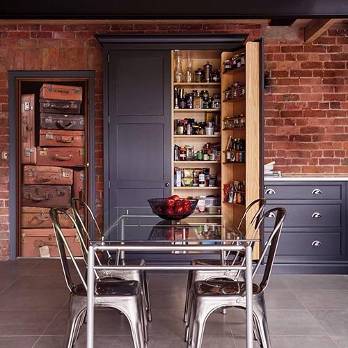 Sticker de porte adhésif valises vintages dans une ambiance qui mélange l'ancien et le moderne vieux cuir bois métal brique gris foncé clair orange brique