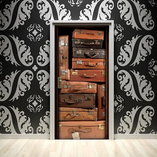 Sticker de porte adhésif valises vintages pour ambiance classique moderne noir et blanc apporter de la couleur