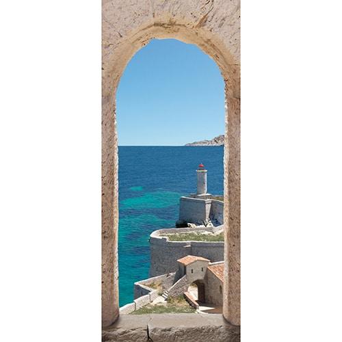 Sticker adhésif pour porte avec photo d'un paysage à l'intérieur d'une ville forte de Méditerranée entourée d'une mer turquoise avec un phare surplombant l'horizon.