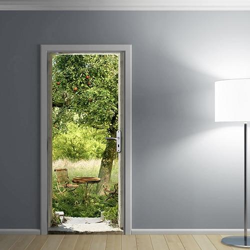 Sticker pour porte permettant d'égayer une pièce sombre et grise avec la couleur verte d'une paysage de verdure campagnarde dans une ambiance apaisante