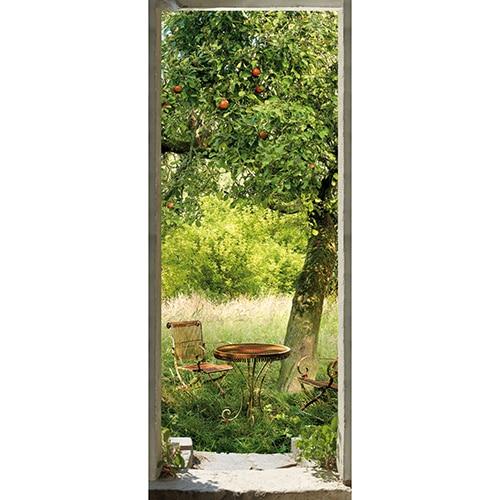 Sticker pour porte autocollant représentant une jardin de campagne avec des chaises et une table en fer forgé style moderne récup' un peu rouillé