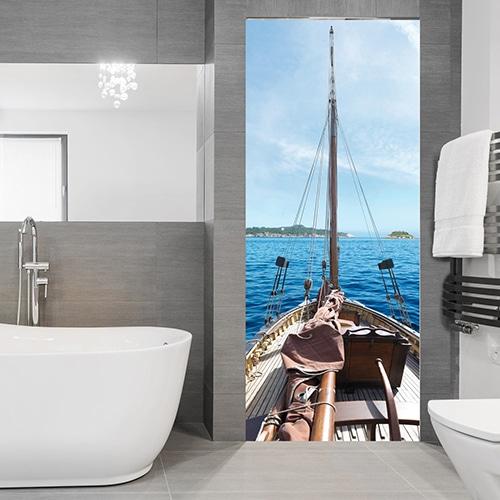 Un sticker pour porte Bateau sur l'Océan dans une salle de bain