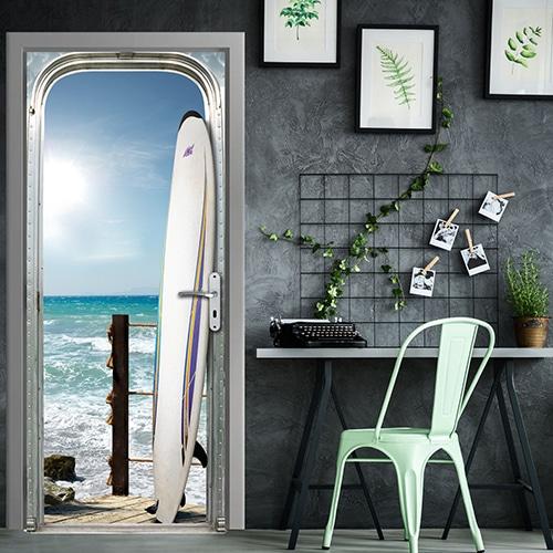 sticker déco pour porte Surf sur l'océan près d'une table et une chaise verte