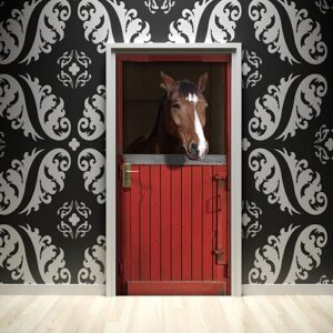 En rouge et noir ! Ce sticker autocollant réprésentant un cheval dans son box rouge s'accordera parfaitement avec un mur sombre