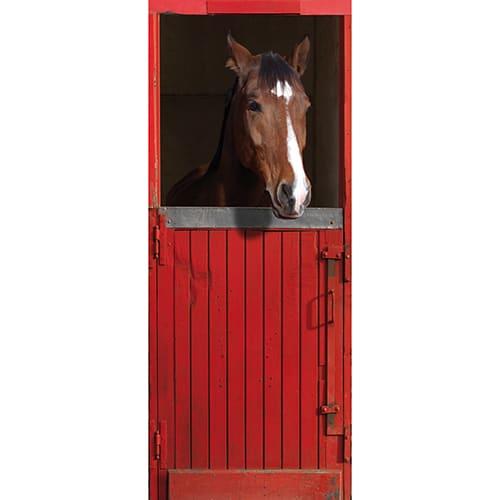 Adhésif autocollant pour porte composé d'un cheval dans son box en bois peint en rouge.