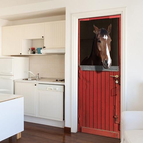 Un peu de nature et de compagnier dans votre appartement avec ce magnifique autocollant sticker adhésif avec un cheval dans son box de couleur rouge