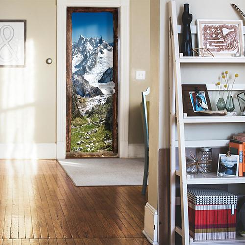 Entrée de la maison classique avec sticker trompe l'oeil vue sur la montagne enneigées pour s'évader marcher sur l'herbe printanière des alpes