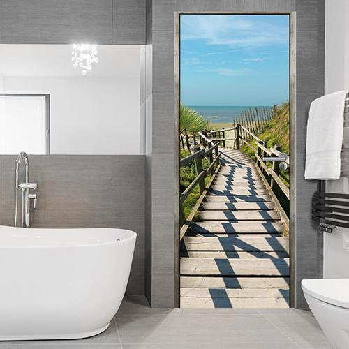 Dans une salle de bain moderne nuance blanc gris, trompe l'oeil descente à la Plage turquoise et ciel bleu sable fin