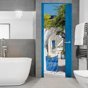 """Sticker pour porte """"Maison bleue"""" sur porte de salle de bain moderne grise et blanche"""