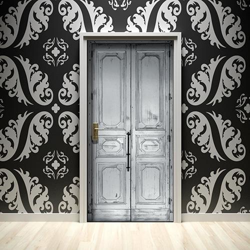 Blanc sur noir, noir sur blanc, le sticker pour porte sous forme d'une porte en bois peinte et patinée s'accorde parfaitement avec son environnement