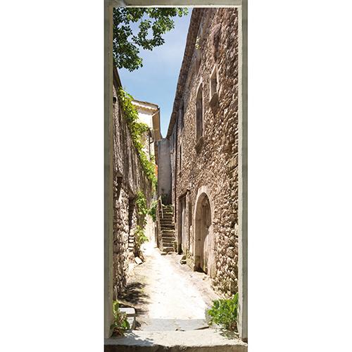 Autocollant sticker adhésif collable pour porte. Rue du sud de la France avec maison en pierre sèche et portes en arc de cercle ancienne pleine de charme. Chaleur du sud et rue en terre battue