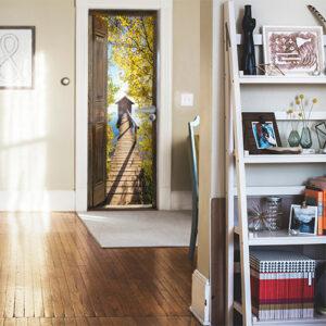 Dans votre entrée moderne de maison, installez l'adhésif pour porte avec vue sur lac et verdure automnale