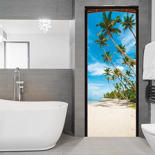 Un salle de bain décorée avec l'adhésif pour porte représentant une plage de tahiti