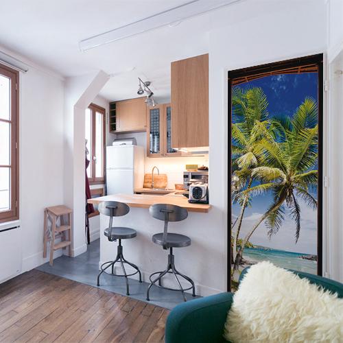 Appartement étudiant composé d'un ensemble mobilier moderne et cosy et d'une porte décorée par un trompe l'oeil d'une plage style