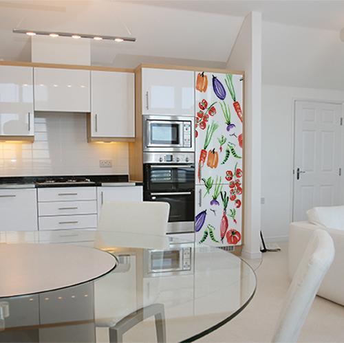 Réfrigérateur dans cuisine moderne avec sticker