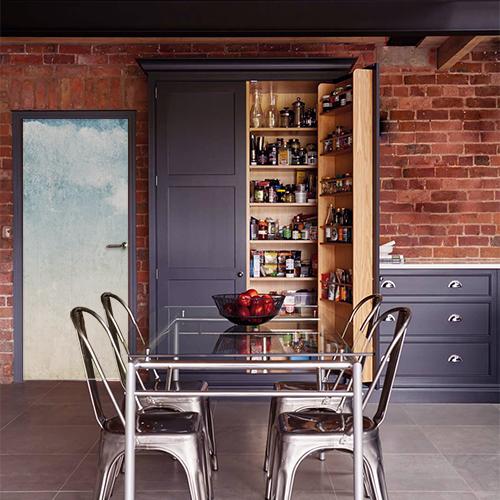 Maison moderne en brique avec une porte décorée par un sticker adhésif déco mer turquoise