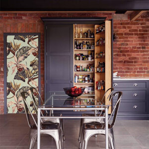 Maison classique en brique rouge avec un sticker parterre de fleurs collé sur une porte