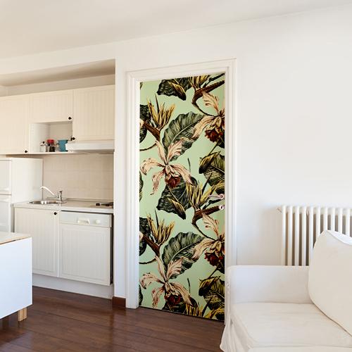 Maison classique blanche dont l'une des portes est ornée d'un sticker autocollant motif fleurie
