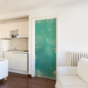 Intérieur blanc propre dont la porte d'entrée est décorée avec un sticker adhésif turquoise