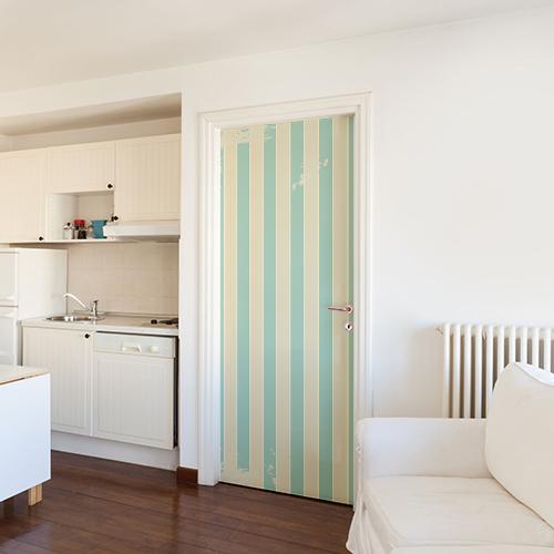 Intérieur blanc dont la porte décorée avec un sticker cabine de plage créé le contraste