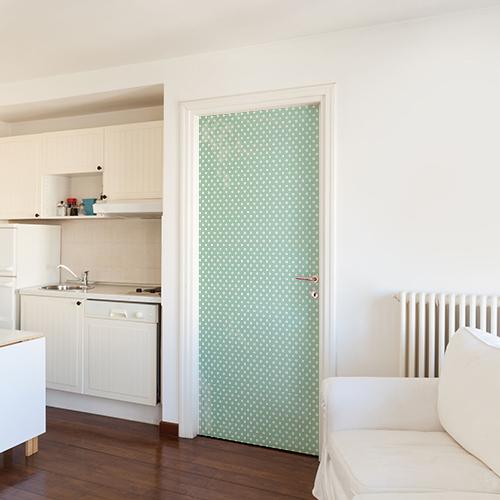 Sticker décoratif autocollant collé sur l'intérieur de la porte d'entrée d'un studio moderne étudiant mur blanc couleur vert menthe mint